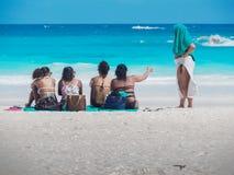 Симпатичные дамы беседуя на пляже в Бермудских Островах Стоковое Фото