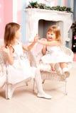 Симпатичные 2 девушки играя дома Стоковое фото RF