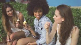 Симпатичные девушки наслаждаясь мороженым акции видеоматериалы