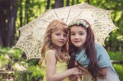 Симпатичные девушки под зонтиком Стоковые Фотографии RF