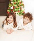 Симпатичные дети на рождественской вечеринке Стоковая Фотография RF
