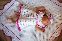 Симпатичные крошечные newborn сны младенца мулата стоковые изображения rf