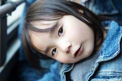 Симпатичные маленькие азиатские девушки играя в парке Стоковое Изображение RF