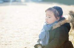 Симпатичные маленькие азиатские девушки играя в парке Стоковые Фотографии RF