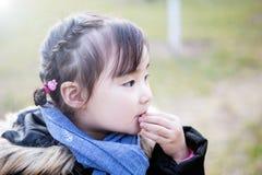Симпатичные маленькие азиатские девушки играя в парке Стоковое Изображение