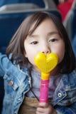 Симпатичные маленькие азиатские девушки играя в парке Стоковые Изображения RF