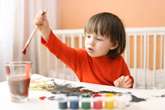 Симпатичные маленькие 2 года мальчика крася дома Стоковое фото RF