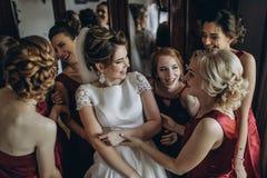 Симпатичные невеста и bridesmaids рядом с большим окном стоковое изображение rf