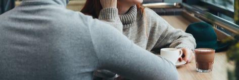 Симпатичные пары в влюбленности держат руки в ресторане шоколад на таблице, пить кофе девушки, чае Встречать Стоковое фото RF