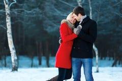 Симпатичные пары в влюбленности, нежности Стоковые Фото