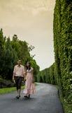 Симпатичные пары идут совместно в garden2 Стоковые Изображения