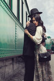 Симпатичные пары на железнодорожном вокзале Стоковые Изображения RF
