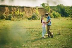 Симпатичные пары на зеленой живописной деревне Стоковые Изображения