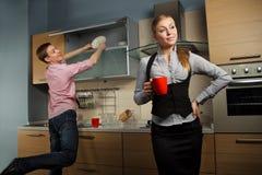 Симпатичные пары на кухне Стоковое Изображение