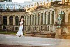 Симпатичные пары обнимая в gorode европа стоковая фотография rf