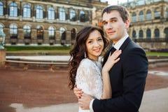 Симпатичные пары обнимая в gorode европа стоковое фото rf