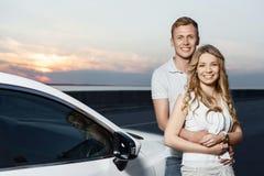 Симпатичные пары около автомобиля Стоковая Фотография RF