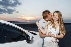 Симпатичные пары около автомобиля Стоковые Изображения RF