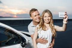 Симпатичные пары около автомобиля Стоковое фото RF