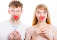 Симпатичные пары покрывая их рот сердцем Стоковые Изображения