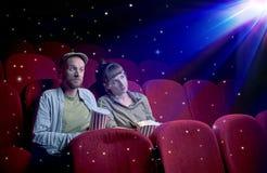 Симпатичные пары смотря кино 3D стоковые фото