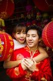 Симпатичные пары с красным бумажным китайским фонариком в китайском suit4 Стоковая Фотография