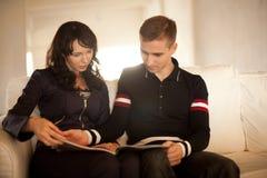 Симпатичные пары читая книгу совместно Стоковое фото RF