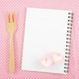 Симпатичные розовые зефиры сердца и малый белый блокнот на день валентинки Стоковое Фото
