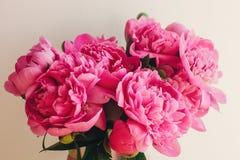 Симпатичные розовые пионы на деревенском белом деревянном окне в li утра Стоковые Фотографии RF