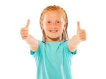 Симпатичные счастливые выставки девушки 2 большого пальца руки вверх показывать Стоковое фото RF