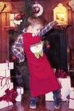 Симпатичные счастливые танцы ребенка перед раскрывать подарки Стоковые Изображения