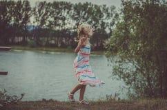 Симпатичные танцы ребенка на озере стоковое изображение