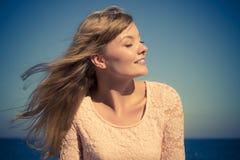 Симпатичный белокурый ослаблять девушки внешний взморьем Стоковые Изображения RF