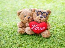 Симпатичный бурый медведь игрушечного и красная форма сердца Стоковое Фото