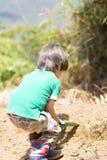 Симпатичный засаживать мальчика Стоковые Фотографии RF