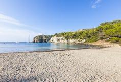 Симпатичный и солнечный день пляжа, Macarella, Minorca, Менорка, Baleari Стоковые Фотографии RF