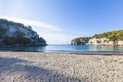 Симпатичный и солнечный день пляжа, Macarella, Minorca, Менорка, Baleari Стоковые Изображения