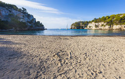 Симпатичный и солнечный день пляжа, Macarella, Minorca, Менорка, Baleari Стоковая Фотография RF