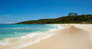 Симпатичный Лонг-Бич с белым песком Стоковые Фото