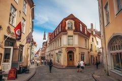 Симпатичный дом на самой длинной улице Pikk старого городка Таллина стоковая фотография rf