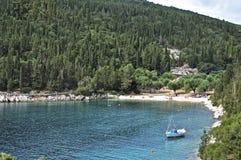 Симпатичный пляж Foki на Kefalonia, около деревни Fiskardo в северном Kefalonia, Ionian острова, Греция стоковые фото