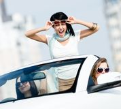 Симпатичный подросток стоит в автомобиле Стоковые Изображения