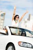 Симпатичный подросток с ее руками вверх в cabriolet Стоковое Изображение RF