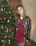 Симпатичный подросток стоя перед рождественской елкой Стоковые Фотографии RF