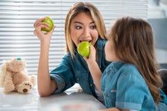Симпатичный ребенок подавая ее мать здоровой едой Стоковое Фото