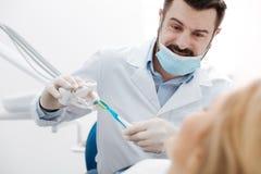 Симпатичный харизматический дантист давая меньший урок тренировки Стоковое Изображение