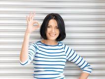 Симпатичный девочка-подросток показывая одобренный знак Стоковые Фото