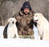 2 симпатичных желтых labradors в зиме в портрете снега Стоковая Фотография RF