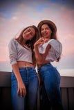 2 симпатичных жизнерадостных девушки в городе Стоковая Фотография