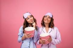 2 симпатичных милых девушки одетой в пижамах Стоковая Фотография